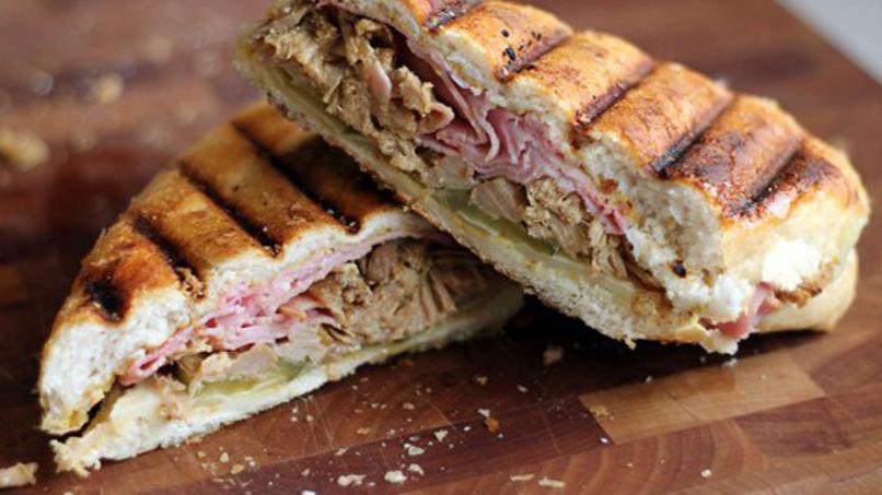 Sándwich Cubano con Cebollas Caramelizadas y Mostaza al Ajo Asado