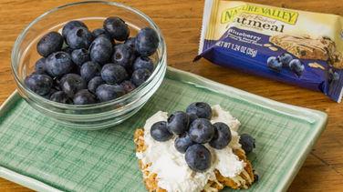 Cuadritos de Cheesecake con Moras Azules