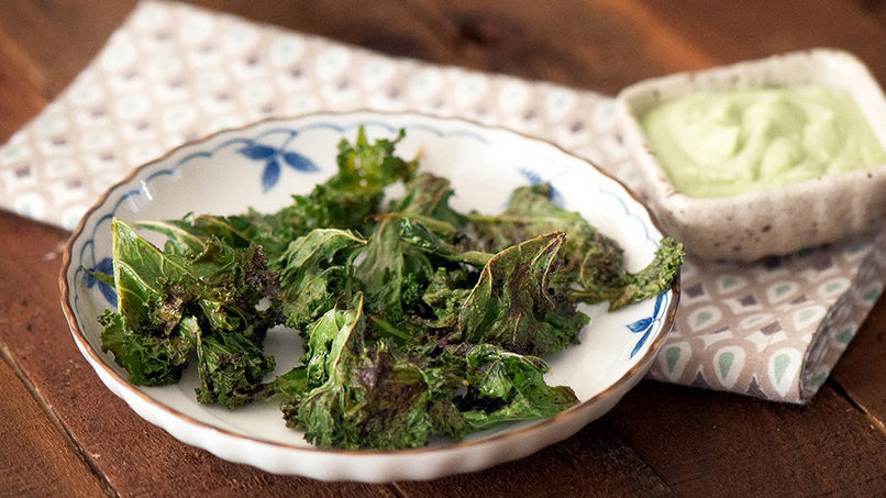 Chips de Kale Picante con Salsa de Yoplait®, Lima y Cilantro
