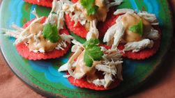 Mini Tostadas con Salsa Cremosa de Chiles Chipotles