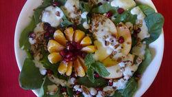 Ensalada de Espinaca con Frutas y Aderezo de Yogur y Peras Dulces
