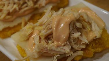 Patacones de Pollo en Salsa Rosada
