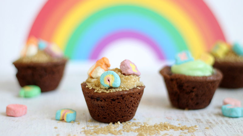 """Lucky Charms """"Pot of Gold"""" Chocolate Cookie Cups"""