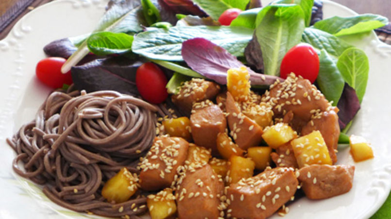 Fideos Soba con Pollo, Piña y Semillas de Ajonjolí