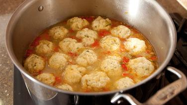 Sopa de Pollo y Verduras con Dumplings de Quínoa Paso a Paso
