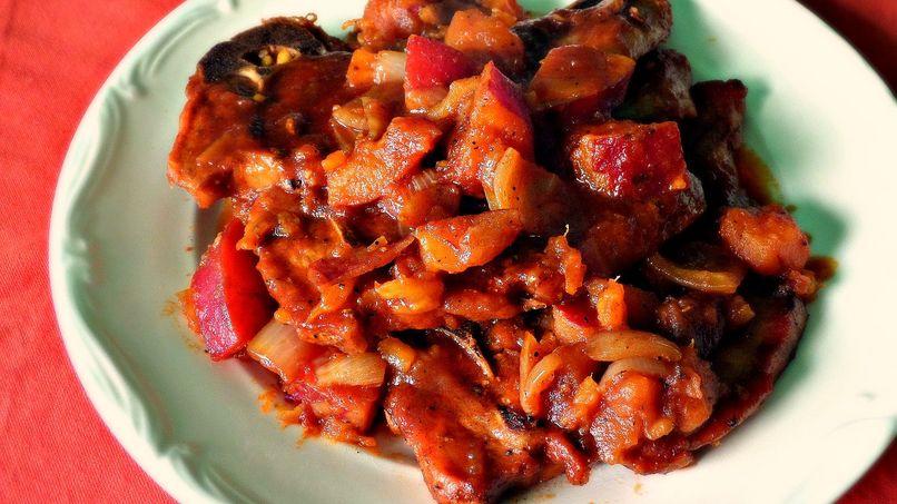 Chuletas de Cerdo con Camotes en Salsa de Chile Ancho