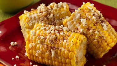 Elotes (maíz) con mayonesa, queso y chile