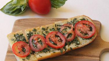 Pan de Ajo con Tomates y Albahaca