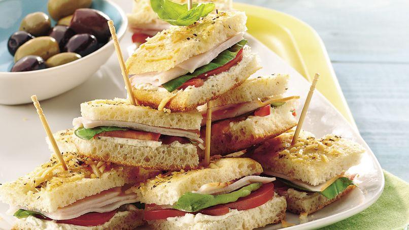 Mini Sándwiches con Focaccia, Albahaca y Pavo