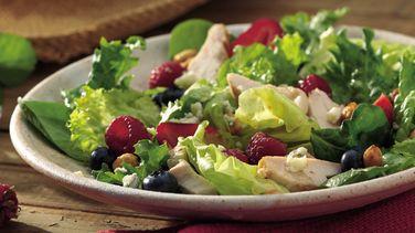 Ensalada de pollo y frutos del bosque frescos