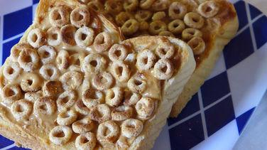 Texas Toast Horneadas con Mantequilla de Maní y Cheerios™