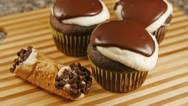 Cream-Filled Cannoli Cupcakes