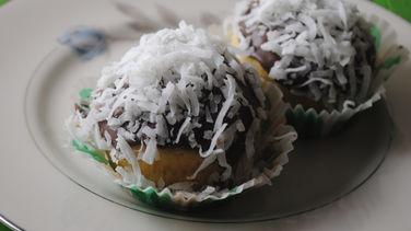 Cupcakes Cubiertos de Chocolate Blanco y Coco