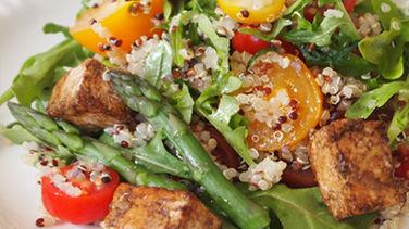 Ensalada de Quinoa con Espárragos, Tomatitos, Arúgula y Tofu