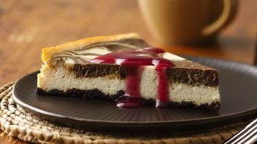 Pastel de Queso con Chocolate y Salsa de Frambuesa