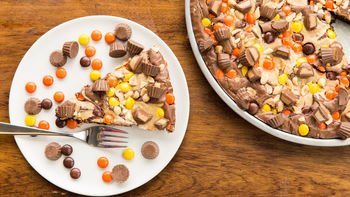 REESE'S™ Peanut Butter Cup Brownie Pizza