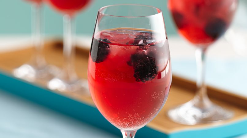 Bebida Navideña de Vino y Zarzamoras