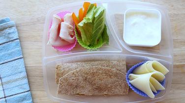 Wrap de Vegetales, Pavo y Queso con Dip de Yogurt