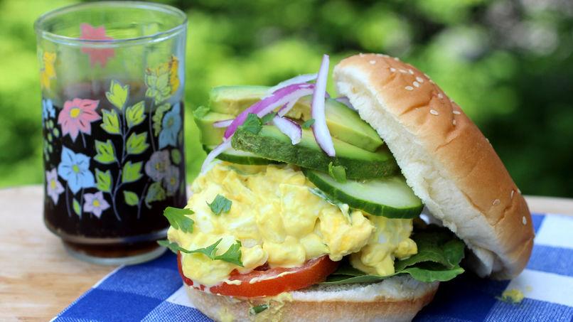 Sándwich con Ensalada de Huevo y Yogur