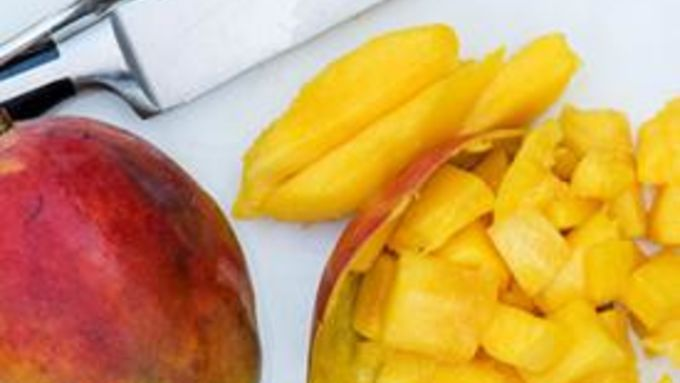 how to cut an ataulfo mango