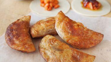 Empanaditas Fritas de Cerdo y Cebollas Confitadas