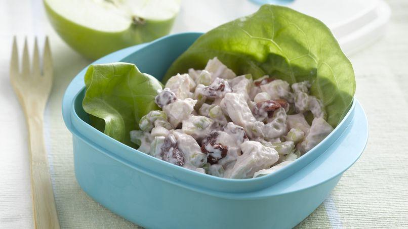Ensalada de pollo con cerezas en wraps de lechuga