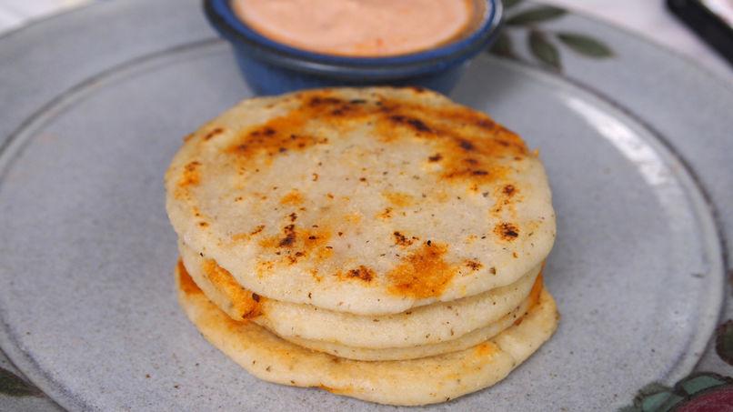 Pupusas de Chicharrón con Salsa de Yogurt y Chipotle