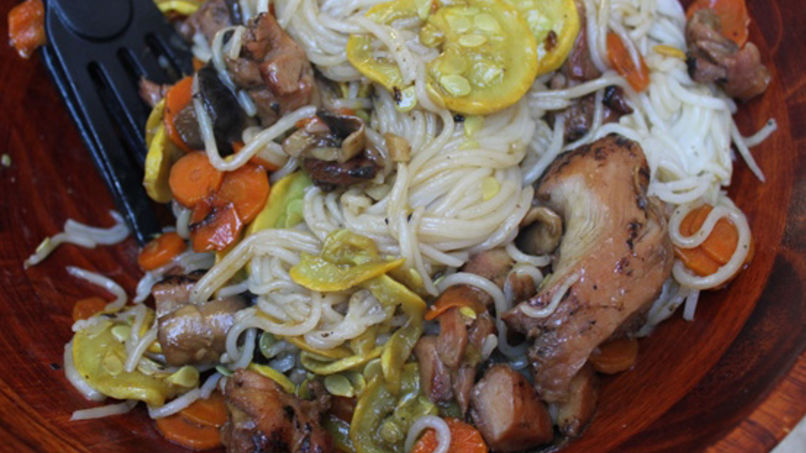Fideos Fritos con Pollo y Verduras