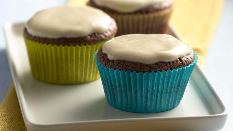 Cupcakes de Chocolate con Glaseado de Yogurt de Vainilla y Caramelo