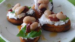 Bruschetta de Frijoles Blancos con Tomates Secos, Queso de Cabra y Albahaca