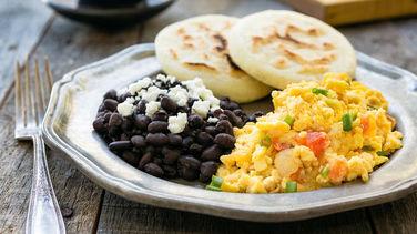 Huevos Pericos con Frijoles Negros