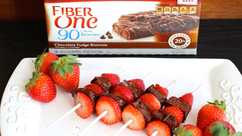 Brochetas de Fresa y Brownies Fiber One™