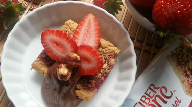 Postre de fresas frescas con chocolate, avellanas y Fiber One™ Streusel Strawberry