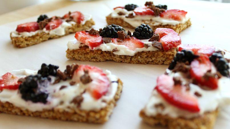 Granola Bars with Yogurt and Fruit