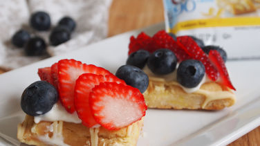 Fiber One™ Lemon Bars with Lemon Cream Cheese and Berries