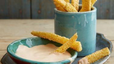 Yucas Fritas con Polenta y Salsa Picante de Limón