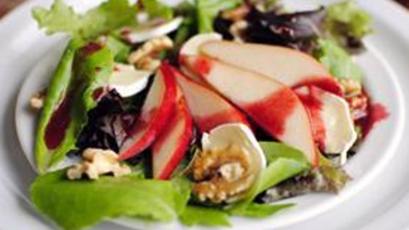 Fresh Pear and Brie Salad with Blackberry Vinaigrette