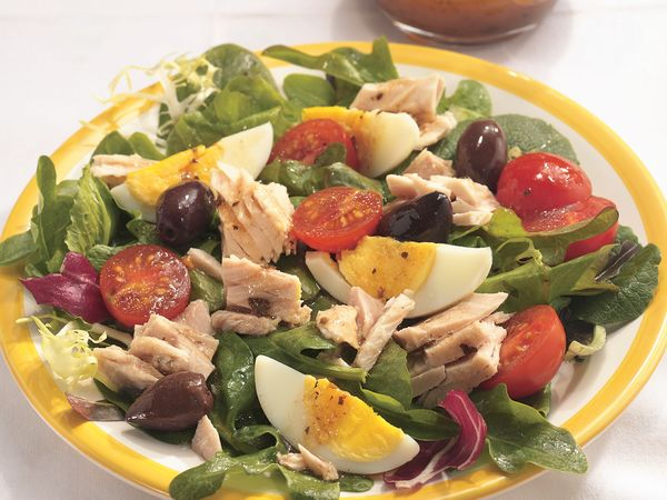 Tuna with Mixed Greens and Balsamic Dressing