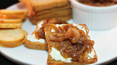 Canapés with Cream Cheese and Caramelized Onions