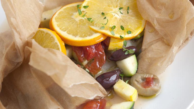 Rodaballo horneado con calabacita, aceituna, tomate y naranja