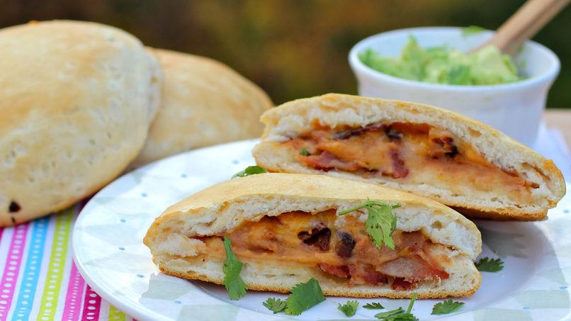 Sándwich de Frijoles Refritos, Tocineta y Queso Fundido