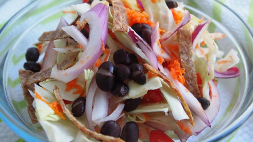 Ensalada de Repollo y Frijoles con Chips de Tortilla