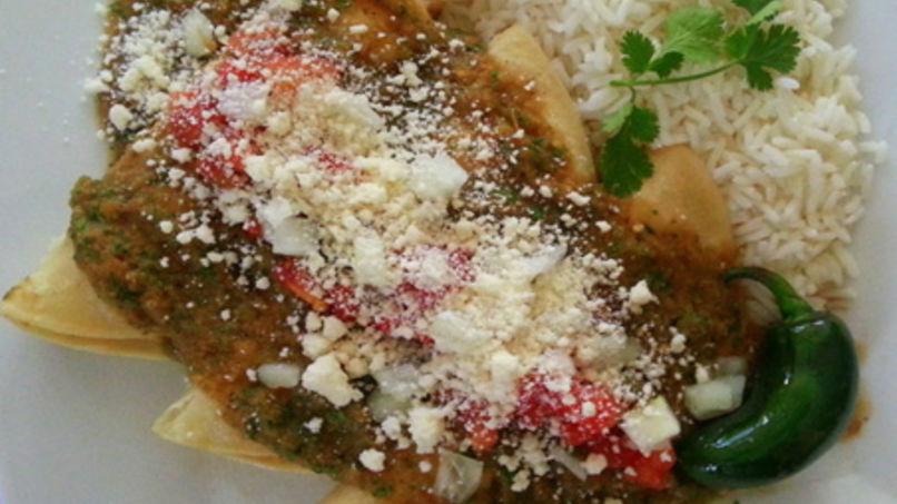Enchiladas de Pavo con Salsa de Tomate y Jalapeños