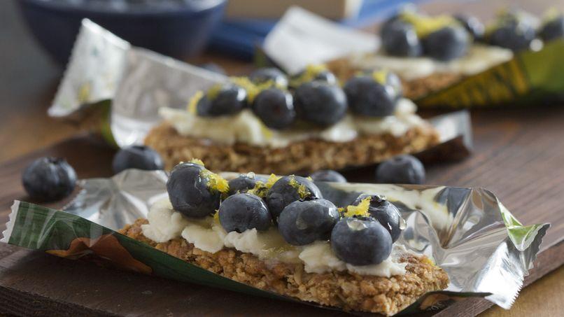 Barras de granola con queso ricota y moras azules