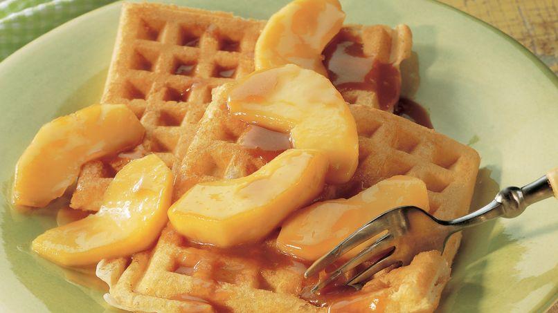 Waffles Cubiertos con Caramelo y Manzana