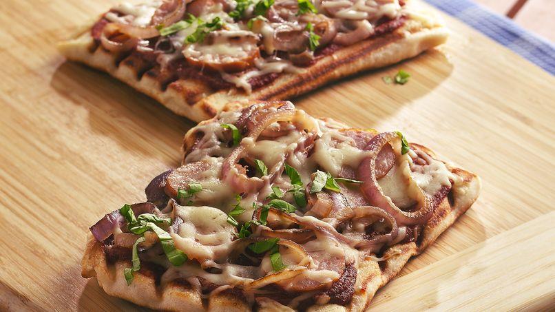 Pizzas con Salchicha Kielbasa, Cebolla y Albahaca