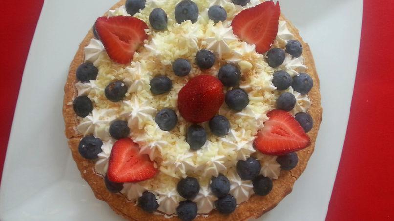 Pastel de Queso con Moras Azules, Fresas y Chocolate Blanco
