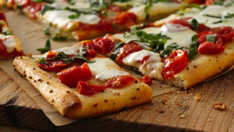 Pizza margarita à la croûte au beurre et à l'ail