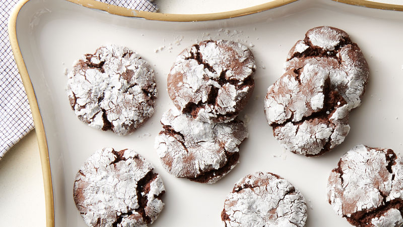 Biscuits craquelés au mélange pour gâteau au fondant au chocolat