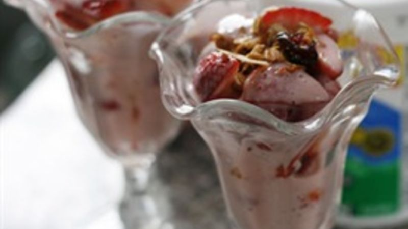 Strawberries with Strawberry Yogurt Sauce